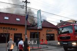 Incendiu la un restaurant din Gherla. Flăcările au distrus o parte din acoperiș – FOTO/VIDEO