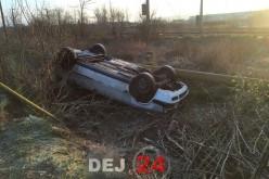 Autoturism Audi răsturnat pe plafon, pe strada 1 Mai din Dej – GALERIE FOTO