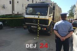 O femeie a decedat după ce a fost lovită de un autocamion de salubrizare în Dej – FOTO/VIDEO