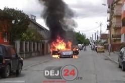 Mașină în flăcări pe o stradă din Gherla. Autoturismul a ars ca o torță – FOTO/VIDEO