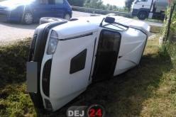Mașină răsturnată pe o stradă din Cuzdrioara – FOTO