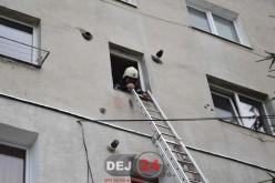 Femeie din Dej, blocată în locuință. Pompierii au urcat pe o scară metalică – FOTO/VIDEO