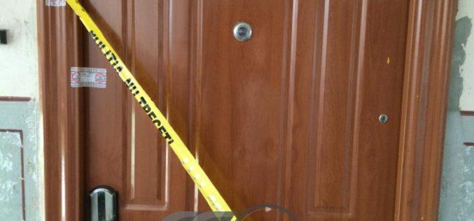 Înjunghiată de soț! Până la sosirea polițiștilor, bărbatul și-a înfipt cuțitul în burtă