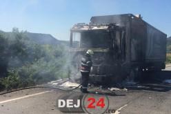 Un TIR a luat FOC în apropiere de DEJ. Traficul a fost paralizat – FOTO/VIDEO