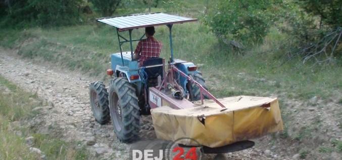 ACCIDENT în Bobâlna, provocat de un tractorist beat! Polițiștii au descoperit că utilajul era și neînmatriculat