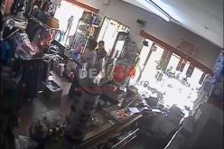 ESCROCI surprinși de CAMERELE DE SUPRAVEGHERE acționând într-un magazin din Mintiu Gherlii – VIDEO