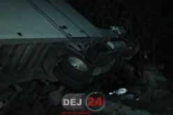 """A """"ZBURAT"""" cu autoutilitara peste un șanț și S-A ÎNFIPT în gardul unei case, în Urișor – FOTO/VIDEO"""