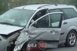 Accident în Dej. Un TAXI și o altă mașină, implicate. Ar fi explodat cauciucul – FOTO/VIDEO