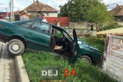 Accident în Dej. S-a ÎNFIPT cu mașina în gardul unei case – FOTO/VIDEO