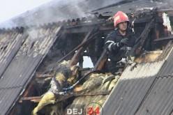 Incendiu în Braniștea. O casă a fost lovită de TRĂSNET. A ars mansarda – GALERIE FOTO