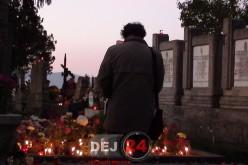 Mormintele din Dej au devenit altare de flori, de Luminație. Mii de lumânări aprinse în cimitire – FOTO/VIDEO