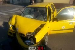 Accident în Gherla. O mașină s-a izbit violent de poarta unei locuințe – FOTO