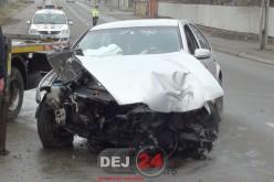 Accident în Dej. Mașină distrusă, după ce s-a izbit violent de un stâlp – FOTO/VIDEO