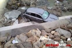 """Un șofer din Dej """"a sărit"""" cu mașina în albia râului Cavnic – FOTO"""