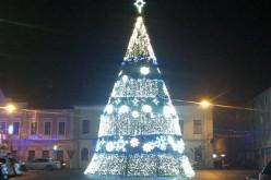 """Bradul de Crăciun de la Dej, iluminat """"oficial"""" doar marți. Azi și mâine e în """"beznă"""""""