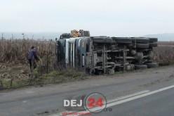 ACCIDENT – Camion răsturnat în afara drumului, la ieșire din Sânmărghita – FOTO/VIDEO