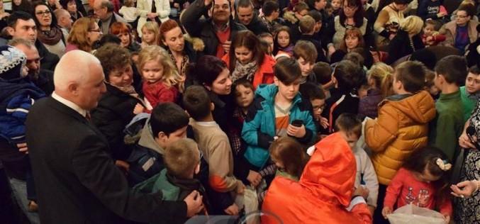 Moș Crăciun a venit la Dej și a oferit cadouri copilașilor, la invitația femeilor liberale – FOTO/VIDEO
