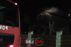 Incendiu în Câțcău. Acoperișul unei case, cuprins de flăcări – FOTO/VIDEO
