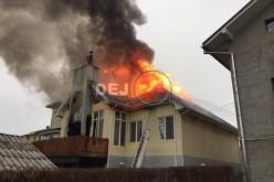 INCENDIU VIOLENT la o casă din Dej. Imobilul, cuprins în întregime de flăcări – FOTO/VIDEO