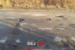 """Își """"rup"""" mașinile pe un drum situat în apropiere de Dej – FOTO"""