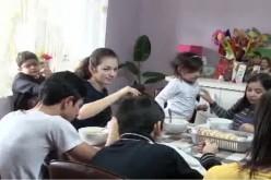 POVESTE INCREDIBILĂ: Familia din Dej care a adoptat nu mai puțin de 12 copii – VIDEO