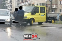 Cititorii în acțiune: Eveniment rutier în Dej. Două mașini s-au ciocnit într-un sens giratoriu – FOTO