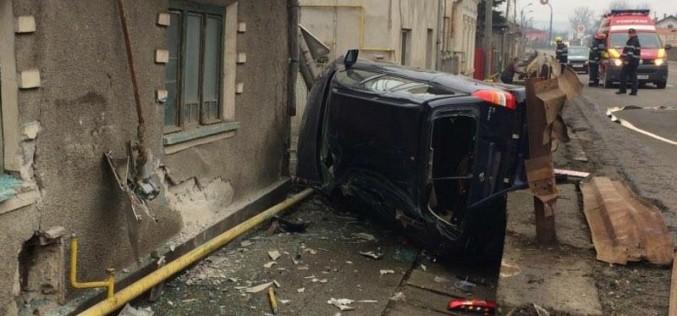 """ACCIDENT SPECTACULOS în Dej. O mașină a """"zburat"""" într-o casă. A fost pericol de EXPLOZIE! – FOTO/VIDEO"""