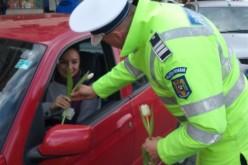 Polițiștii clujeni au împărțit flori doamnelor și domnișoarelor – FOTO