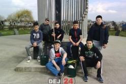 """Elevi ai Școlii Gimnaziale """"Avram Iancu"""" Dej, curățenie la mormintele eroilor – FOTO"""
