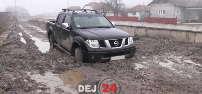 SCANDALOS. Mașină de teren blocată în noroi, în Ocna-Dej – FOTO/VIDEO