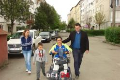 Bucuria unei femei din Dej. Acum se poate plimba cu băiețelul ei în parc, după ce a primit, în dar, un cărucior electric – FOTO