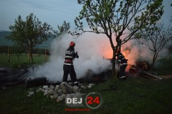 INCENDIU VIOLENT ÎN DEJ, o cabană a ars din temelii. Mână criminală?  – FOTO/VIDEO