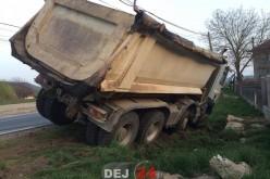 ACCIDENT – Autobasculantă oprită în șanț, în Cășeiu – FOTO