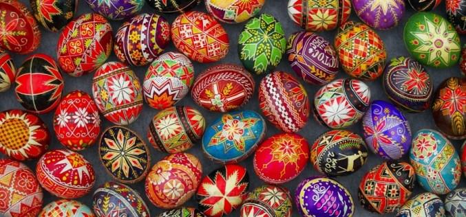 """Tradiţii în a treia zi de Paşte. Ouăle se ciocnesc """"dos cu dos"""" şi se dau de pomană vinul şi pasca"""