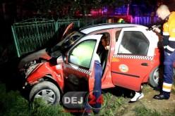 Cursă NEBUNĂ pe străzile din Gherla. Un taximetrist BEAT s-a oprit cu mașina în gard – VIDEO