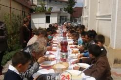 Masă comună, haine și încălțăminte pentru familiile nevoiașe din Sărata de Jos – FOTO