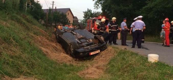ACCIDENT la Mănăstirea provocat de un șofer băut. Mașina a ajuns cu roțile la deal – FOTO/VIDEO