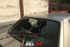 Autoturism distrus de un copac pe o stradă din Dej – FOTO