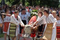 ÎMPĂNATUL BOULUI. Fetele din Mănăstirea au stăpânit și în acest an boul – FOTO/VIDEO
