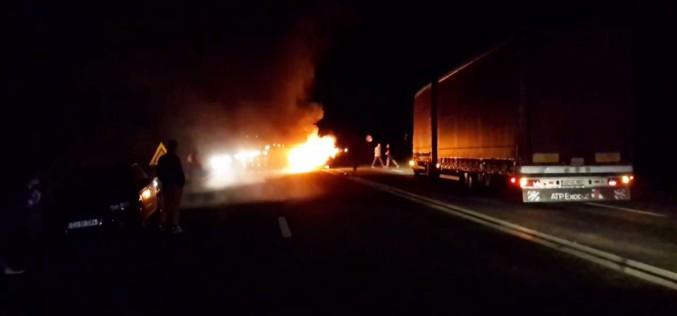SFÂRȘIT CRUNT pentru un șofer din Cluj! S-a izbit cu mașina de un parapet și a luat foc – VIDEO