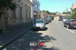 Autoturism în FLĂCĂRI pe o stradă din Dej! Incendiul a fost stins de un polițist – FOTO