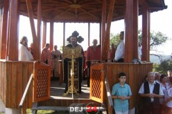 Pelerinaj pe Dealul Bacăului din Dej. Sute de dejeni au participat la Taina Sfântului Maslu – FOTO