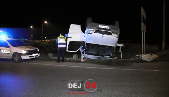 ACCIDENT în Dej! O dubă s-a răsturnat la intersecția străzilor Baia Mare – Bistriței – FOTO/VIDEO