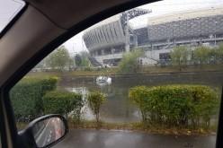 ACCIDENT! Viteza și carosabilul umed a făcut ca o tânără șoferită să ajungă cu mașina în Someș – FOTO