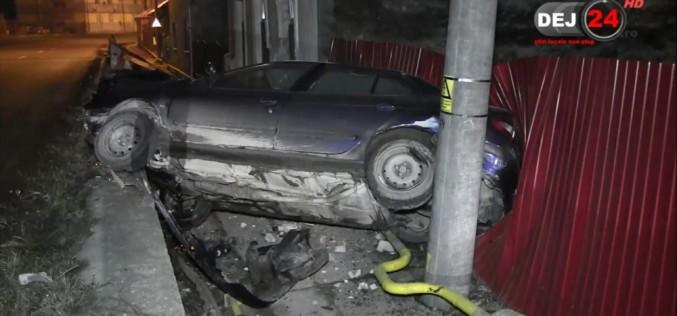DEJ | Un șofer turmentat s-a înfipt cu mașina în zidul unei case – FOTO/VIDEO
