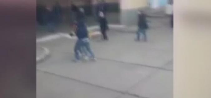 SCENE VIOLENTE într-o autogara din Năsaud. Adolescent snopit în bătaie de alți doi adolescenți – VIDEO