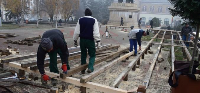 DEJ | Autoritățile locale au demarat acțiunile de instalare a bradului de Crăciun şi amenajarea patinoarului – FOTO