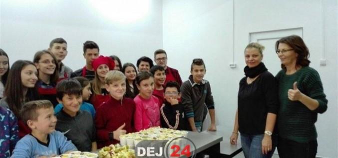 """Elevii Colegiului Național """"Andrei Mureșanu"""" Dej au gătit pentru învățăceii Școlii Gimnaziale Speciale – FOTO"""