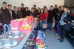 """Elevii Liceului Tehnologic """"Constantin Brâncuși"""" Dej au donat fructe și legume colegilor lor de Școala Gimnazială Specială – FOTO"""