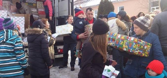 Camionul lui Moș Crăciun a trecut şi prin comuna Mica – FOTO